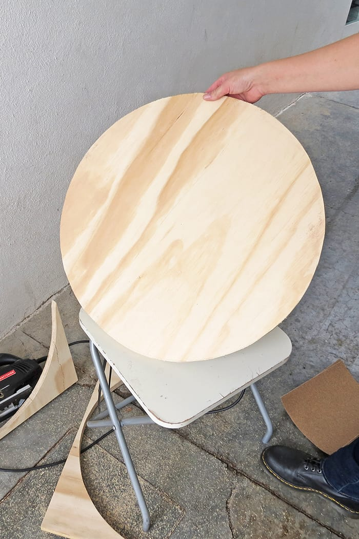 Cut the top of the diy round coffee table